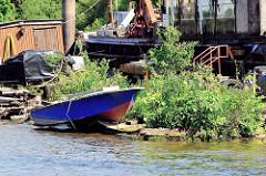 Wohnschiffe, mit Pflanzen überwucherter Ponton in der Billwerder Bucht, Hamburg Rothenburgsort.