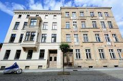 Alt + Neu - restaurierte Fassade und abbröckelnder Putz / freigelegte Ziegel, Mauerwerk - Holztüren mit Verzierung, erbaut 1899; Architektur in Neuruppin.