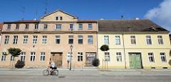 Wohnhäuser in unterschiedlichem baulichem Zustand - leerstehendes mehrstöckiges Gebäude mit renovierungsbedürftiger Fassade - daneben restauriertes Wohnhaus mit Glattputz und farblich abgesetzter Fassade. Architekturfotos aus Neuruppin.