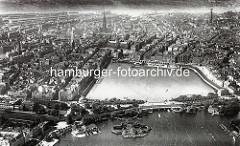 Alte Luftaufnahme von der Hamburger Innenstadt - Blick über die Lombardsbrücke zur Binnenalster und dem Jungfernstieg - Kirchtürme der Hansestadt.