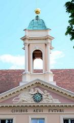 Giebel vom Alten Gymnasium in Neuruppin, 1790 eingeweiht. Inschrift CIVIBUS AEVI FVTVRI - Den Bürgern des künftigen Zeitalters.
