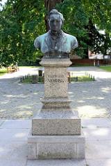 Denkmal von Ferdinand Möhring am Kirchplatz von Alt Ruppin; deutscher Komponist, geb. 1816 in der Stadt.