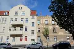 Wohnhäuser in unterschiedlichem Renovierungszustand - Schifferstraße in Neuruppin.