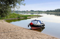 Motorboot am Sandstrand der Elbe hinter Lauenburg.