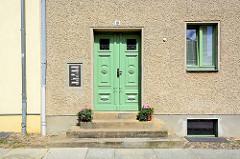 Hausfassade mit Rauhputz - alte Holztür mit Schnitzwerk / Historismus - Architekturbilder aus Neuruppin.