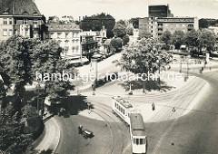 Historische Luftansicht vom Winterhuder Marktplatz in Hamburg Winterhude - Straßenbahnschienen und Straßenbahn in Fahrt. Ein Mann mit Handkarren überquert die Straße, dahinter kommt ein Lastwagen aus der Alsterdorfer Straße - im Hintergrund Blick