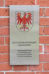 Schild Staatsanwalt Neuruppin - Schwerpunktabteilung zur Bekämpfung der Korruptionskriminalität im Land Brandenburg.