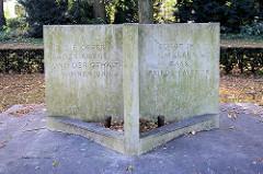 Ehrenmal am Kriegerdankweg in Hamburg Schnelsen; erbaut 1924 - 1966 neu gestaltet. Inschrift: Die Opfer der Kriege und der Gewatl Mahnen uns - Sorgt ihr im Leben dass Frieden werde.