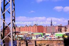 Blick zur Ericusspitze in der Hamburger Speicherstadt; Tankstelle und abgestellte Autos. Im Hintergrund die Speichergebäude der historischen Speicherstadt.
