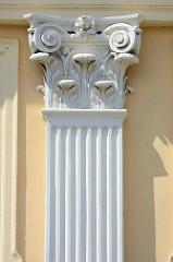 Fassade / Säulenkapitell vom 1788 errichteten Gebäude der Freimaurer Johannisloge Ferdinand zum roten Adler.