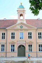 Altes Gymnasium in Neuruppin, 1790 eingeweiht. Inschrift CIVIBUS AEVI FVTVRI - Den Bürgern des künftigen Zeitalters.