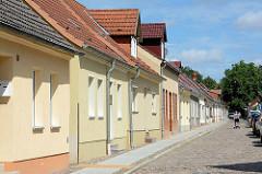 Wohnhäuser und Kopfsteinpflaster an der Kieztstraße von Alt Ruppin.