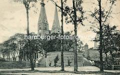 Historische Ansicht der Klosterkirche Sankt Trinitatis - Das Gebäude ist eine gotische Backsteinkirche mit neugotischem Turmpaar. Die Kirche wurde ab der 1. Hälfte des 13. Jahrhunderts in mehreren Bauphasen errichtet.
