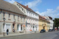 Historische Architektur in der Karl Marx Straße von Neuruppin - Wohnhäuser / Geschäftshäuser - Hotel.