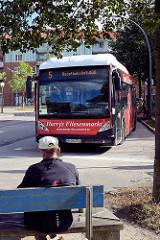 Busstation / Endstation Burgwedel in Hamburg Schnelsen - Bus der Linie 5 Richtung Hauptbahnhof wartet in der Kehre.