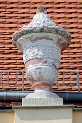 Dachschmuck / Deckelvase vom 1788 errichteten Gebäude der Freimaurer Johannisloge Ferdinand zum roten Adler.