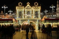 Weihnachtsmarkt auf dem Hamburger Rathausmarkt; Eingang beleuchtetes Hamburg Wappen.