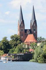 Kirchtürme der Klosterkirche Sankt Trinitatis in Neuruppin,