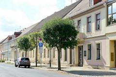 Wohnhäuser - Geschäftshäuser in der Rudolf Breitscheid Straße von Neuruppin; im Vordergrund Geschäftshaus Hermann Dregener , Likörfabrik - Weingroßhandlung.