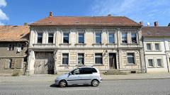 Gründerzeitarchitektur in Fehrbellin - einstöckiges Wohnhaus mit Fassadendekor, großes Holztor / Einfahrt