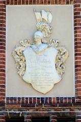 Wappen an der Fassade der Scheune vom Gutshof in  Karwe, Gemeide Karstädt.