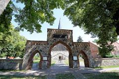Feldsteintor der Torfkirche in Karwe, Eingang zum Kirchhof.