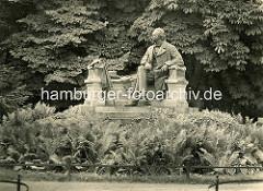 Historische Ansicht vom Fontane Denkmal. Seit 1998 trägt die Stadt Neuruppin offiziell den Beinamen Fontanestadt - der Romancier Theodor Fontane wurde 1819 in Neuruppin geboren. Das Denkmal wurde 1907 eingeweiht - Bildhauer Prof. Max Wiese.