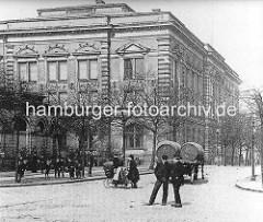 Alte Fotografie vom Naturhistorischen Museum am Steintorwall - Kinder spielen auf dem Bürgersteig, Frauen mit Kinderwagen - Pferdfuhrwerk mit Fässern / Tonnen.