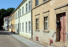 Wohnhäuser in unterschiedlich baulichem Zustand - Straße / Fussweg mit Kopfsteinpflaster; Virchowstraße in Neuruppin