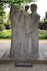 """Skulptur Zum Gedenken den Opfern des Faschismus - Skulptur in Neuruppin;  """"Tröstender, Trauernder, Kämpfender"""" von Horst Misch."""