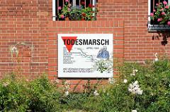 Gedenktafel an den Todesmarsch der KZ Häftlinge von Sachsenhausen am ehem. Postamt in Alt Ruppin