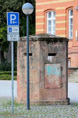 Ehem. Friedrich Franz Kaserne in Neuruppin - jetzt u. a. Sozialgericht. Einmannbunker / Splitterbunker auf dem Gelände.