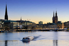 Abenddämmerung / Blaue Stunde an der Hamburger Binnenalster - ein Alsterdampfer / Fahrgastschiff fährt Richtung Aussenalster; Blick zum Ballindamm und dem Rathaus Hamburgs.