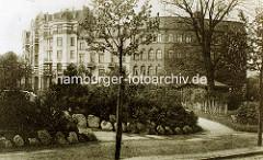 Alte Fotografie vom Winterhuder Marktplatz, Bepflanungen mit Feldsteinen eingefasst - Blick zur Barmbeker Straße in Hamburg Winterhude.