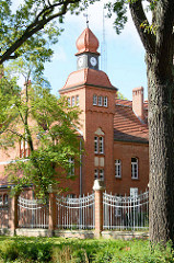 Ehem. Friedrich Franz Kaserne in Neuruppin - jetzt u. a. Sozialgericht. Blick auf das Wachgebäude.