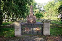 Sowjetischer Ehrenfriedhof in Neuruppin - Ehrenmal in Obeliskform mit Flammenschalen.