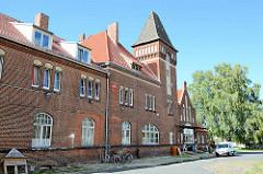 Empfangsgebäude vom Ruppiner Hauptbahnhof - jetzt alternatives Wohnprojekt.