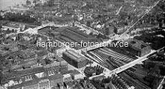 Historisches Luftbild vom Hamburger Hauptbahnhof. Am unteren Bildrand  von der Hamburger Innenstadt und St. Georg - Blick zur Aussenalster. Im Vordergrund die Steinstraße + re. davon das Naturhistorische Museum und die Badeanstalt am Schweinemarkt
