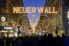 Weihnachtliche Straßendekoration / Weihnachtsbeleuchtung im Neuen Wall, Hamburger Innenstadt.