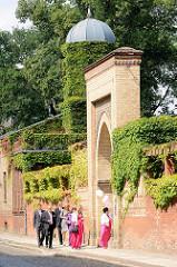 """Tor und Aussenansicht vom Herrenhaus """"Türkische Villa"""" mit Wintergarten in Neuruppin. Alterssitz des Neuruppiner Kaufmanns Johann Christian Gentz, der ab 1853 den Tempelgarten in seiner heutigen Form begründet hat."""