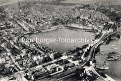Historische Luftaufnahme von der Hamburger Binnenalster - im Vordergrund die Hamburger Kunsthalle; Bootshaus und Badeanstalt / Restaurant Alsterlust und die Lombardsbrücke.