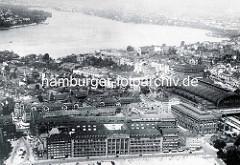 Altes Flugbild von der Hamburger Innenstadt und St. Georg - Blick zur Aussenalster. Im Vordergrund die Steinstraße - re. die Badeanstalt mit dem markanten Schornstein, darüber das Naturhistorische Museum und der Hauptbahnhof.