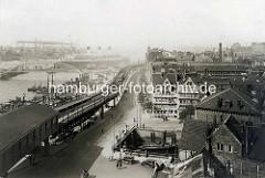 Historisches Foto vom Hamburger Baumwall / Vorsetzen; Hochbahnhaltestelle mit Hochbahn; im Vordergrund die Mündung vom Herrengrabenfleet in die Elbe. Ein Passagierdampfer hat an den Landungsbrücken festgemacht.