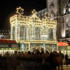 Weihnachtsmarkt auf dem Hamburger Rathausplatz; Eingang beleuchtetes Hamburgwappen.