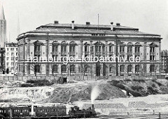 Blick über die Baustelle des Hamburger Hauptbahnhofs zum Naturhistorischen Museums am Steintorwall. Im Hintergrund die Kirchtürme der Jacobi und Petrikirche.