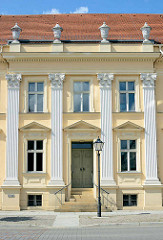 Eingang / Fassade vom 1788 errichteten Gebäude der Freimaurer Johannisloge Ferdinand zum roten Adler.