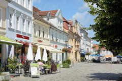 Wohnhauser / Geschäftshäuser  in der August-Bebel-Straße von Neuruppin - Restaurants / Café mit Aussengastronomie.