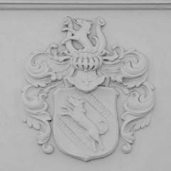Wappen mit Schild und Visier - Windhunde, Fassadenschmuck in Neuruppin.