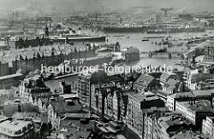 Historische Foto von Hamburg - Blick über das Nikolaifleet mit Häusern an der Deichstraße / Cremon - Speichergebäude im Hamburger Freihafen, Zollstation am Zollkanal. Im Hintergrund der Kaispeicher A und Passagierschiff an den Dalben