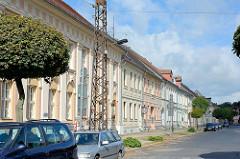Rudolf-Breitscheid-Strasse in Neuruppin - im Vordergrund das 1788 errichtete Logenhaus Ferdinand zum Roten Adler
